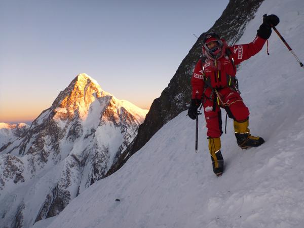 Wyprawa na Broad Peak 2013: atak szczytowy, Adam Bielecki na tle K2 (fot. Artur Małek)