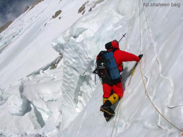 Wyprawa na Gasherbrum I: Artur Hajzer w drodze do dwójki (fot. Polski Himalaizm Zimowy)