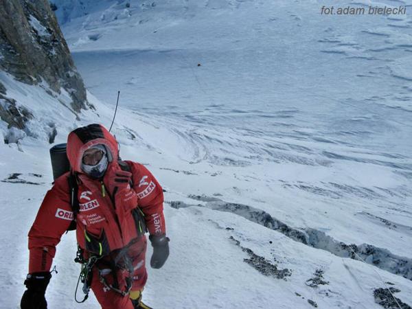 Wyprawa na Gasherbrum I, Janusz Gołąbw Kuluarze Japońskim, w tle obóz drugi