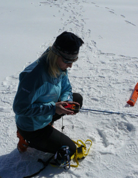 Nauka obsługi detektorów lawinowych podczas szkolenia lawinowego (fot. Aneta Żukowska)
