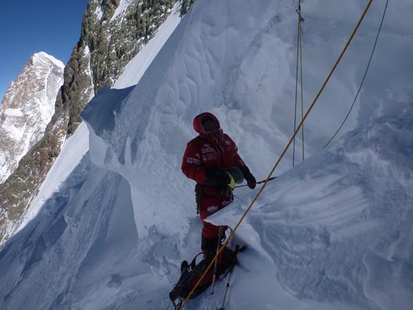 Wyprawa na Broad Peak 2013: Maciek Berbeka asekuruje Adama Bieleckiego, który poręczuje jedną z trzech szczelin zagradzających drogę do wierzchołka (fot. Artur Małek)