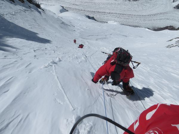 Wyprawa na Broad Peak 2013: pod przełęczą, kolejno na zdjęciu: Maciej Berbeka, Tomasz Kowalski, Artur Małek (fot. Adam Bielecki)