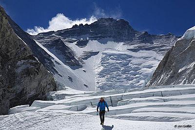 Ściana Lhotse i Kocioł Zachodni Everestu - między obozami I i II (fot. Jon Griffith / montagna.tv)