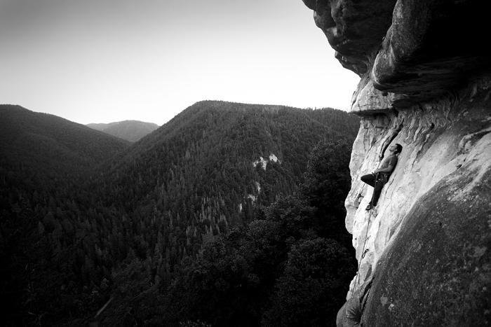 """Adam Kokot został wyróżniony w kategorii """"Climbing"""" za zdjęcie """"Chillout"""". Zdjęcie zostało wykonane aparatem Canon 350 d, obiektyw Sigma 10-20.Na zdjęciu Michał Król odpoczywający na drodze """"Centralny previs"""", Tomasovsky Vyhlad, Słowacja"""