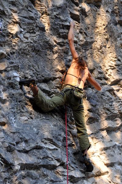 Klaudia Tasz podczas wspinaczki (fot. Bartosz Bartyzel)