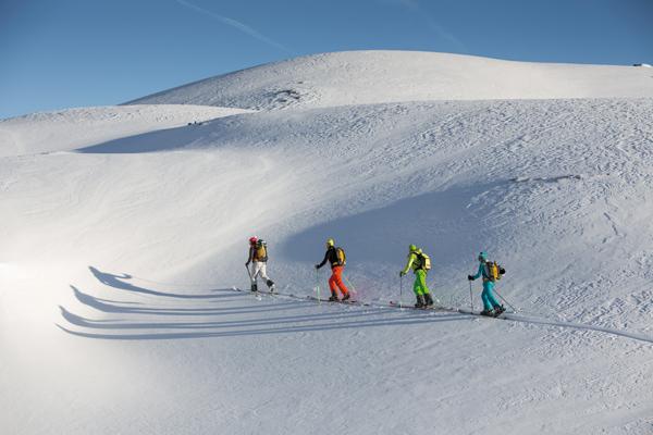 Skitoury dają możliwość podziwiania pięknych widoków i zjazdu po dziewiczym śniegu (fot. Marmot)