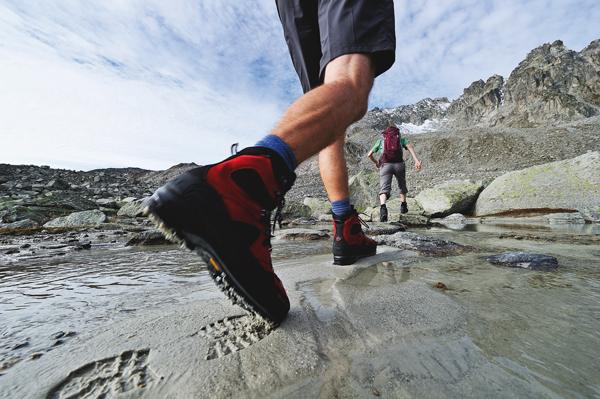 Odpowiednia przymiarka butów w sklepie zapewni nam radość z naszych butów w outdoorze (fot. Robert Boesch/Mammut)