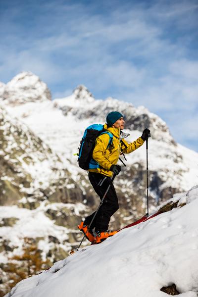 Jeśli plecak będzie służył także do aktywności zimowych, upewnij się czy masz gdzie przypiąć narty, czy raki (fot.