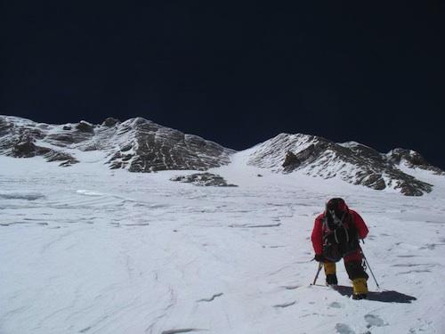Na zdjęciu z 2008 roku widoczna jest kopuła szczytowa gdzie pogubiono drogę - szczyt Dhaulagiri, to najwyższa turnica po lewej stronie (fot. PHZ)
