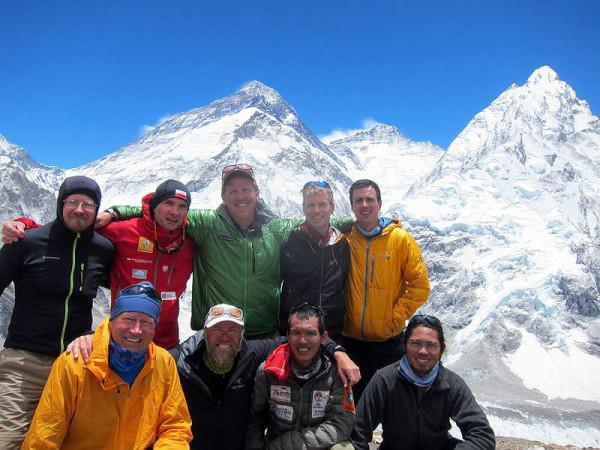Team przed decydującym atakiem szczytowym. Od lewej do prawej: Bart (Poland), Piotr (Poland), Chris (USA), Eric (USA), Hari. Przód od lewej: Brad (USA), Thorbjorn (Sweden), Fajri (Indonesia), Martin (Indonesia).
