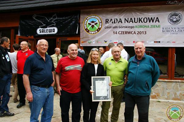 Od lewej: Jan Kiełkowski, Janusz Majer, Bernadette McDonald, Krzysztof Wielicki i Janusz (fot. Centrum Górskie Korona Ziemi)