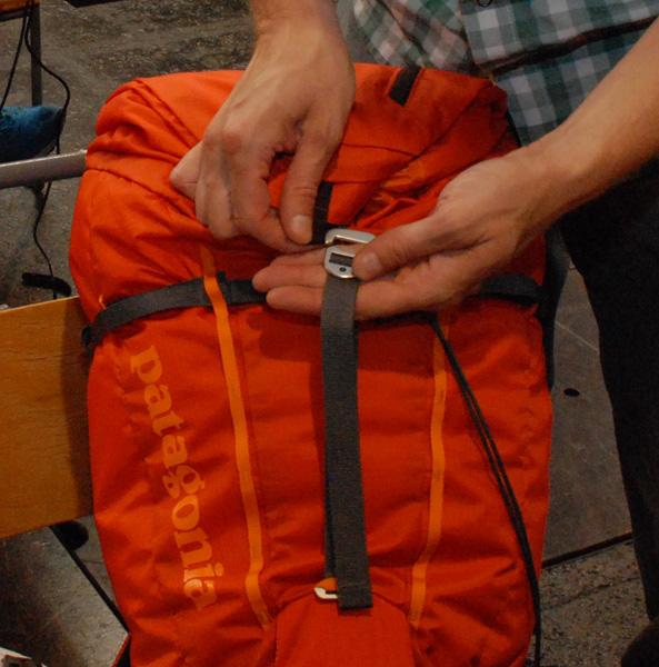 Prosty i szybki system zamykania plecaka Ascensionist Pack (fot. Outdoor Magazyn)