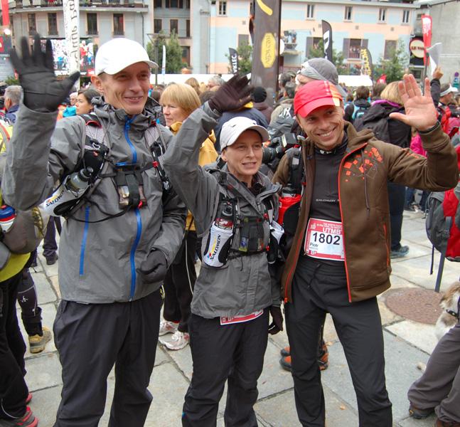 Przed UTMB 2012 machają do kamery, od lewej: Paweł Dybek, Magda Łączak, Piotr Hercog (fot. Aneta Żukowska)