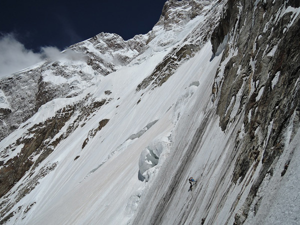 Hansjorg trawersuje na wysokości 5600 m