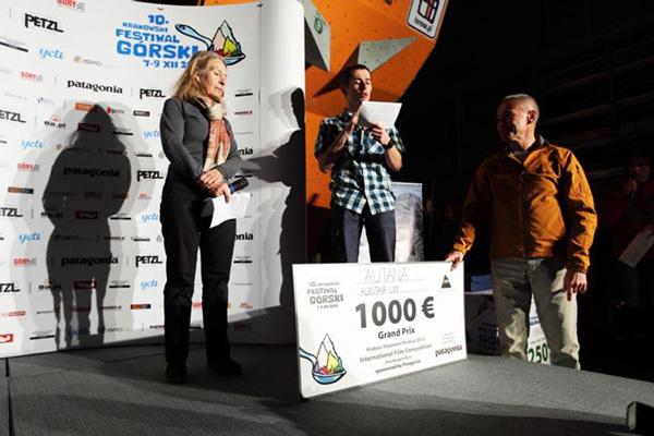 Wręczenie nagród na ubiegłorocznym KFG: na scenie Bernadette McDonald, Adam Pustelnik i Piotr Pustelnik (fot. Adam Kokot/KFG)