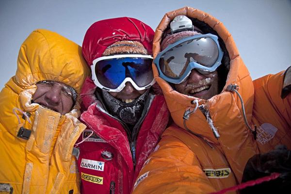 Jedno z najsłynniejszych zdjęć w historii najnowszego himalaizmu - pierwsi zdobywcy zimą Gasherbrum II: Denis Urubko, Simone Moro o Cory Richards