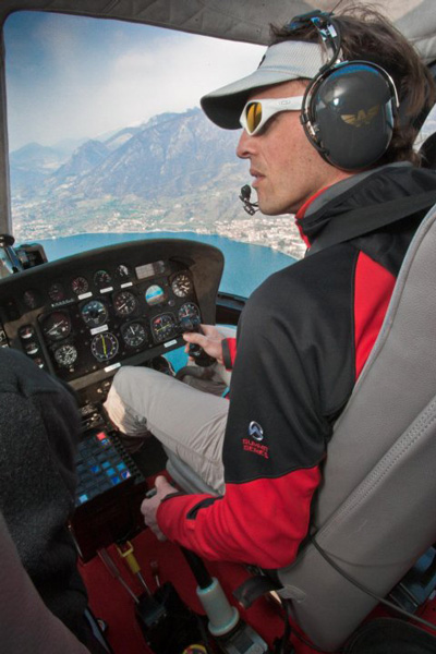 Simone Moro za sterami swojego helikoptera (fot. arch. Simone Moro/Facebook)