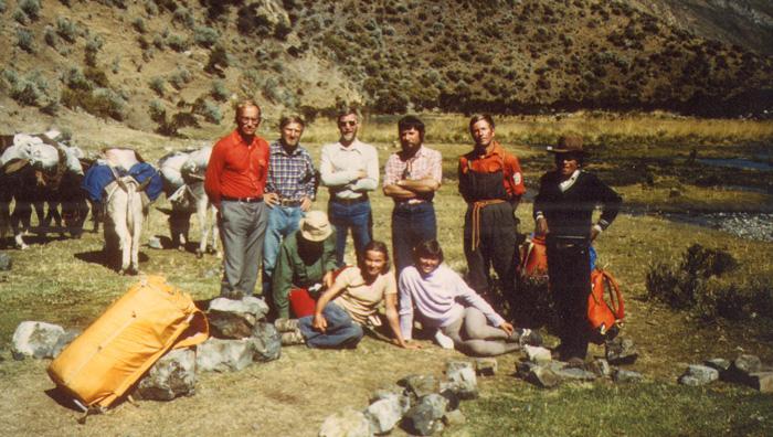 Wyprawa w Andy Peruwiańskie, w Cordillera Huayhuash w 1981, stoją (od lewej): J. Kiełkowski, Tadeusz Szulc, Stanisław Cholewa, Andrzej Czok, Leszek Czarnecki i miejscowy poganiacz osłów; siedzą (od lewej) Janusz Baranek, Małgorzata Kiełkowska i Elżbieta Skorek (fot. arch. M. i J. Kiełkowscy)