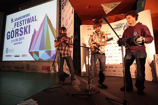 Niekonwencjonalny występ szalonej trójki wspinaczy z Belgii na KFG 2011: Nicolasa i Oliviera Favresse oraz Seana Villanueva O'Driscolla (fot. Adam Kokot/KFG)