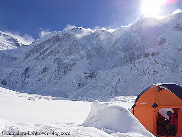 Baza Diamir pod Nanga Parbat. Widok na ścianę Mazeno Peak (fot. himalaya-light.over-blog.com)