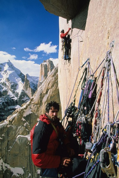 Mark asekurujący Alexa Lowe, Great Trango Tower (fot. arch. Mark Synnott)