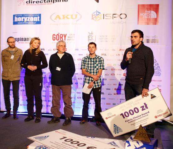 """Dariusz Kmiecik odbiera II Nagrodę w Konkursie Filmu Polskiego za dokument """"Artur Hajzer. Subiektywnie"""" (fot. Wojtek Lembryk/KFG)"""