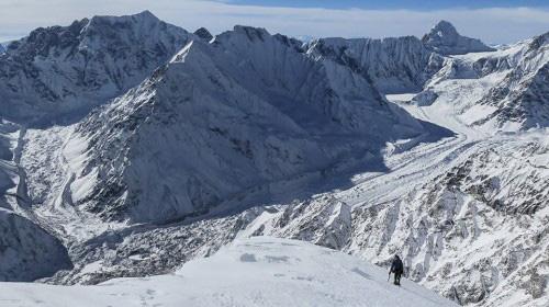 David Göttler podchodzi granią na wysokości 6400 m w kierunku obozu III (fot. Simone Moro)