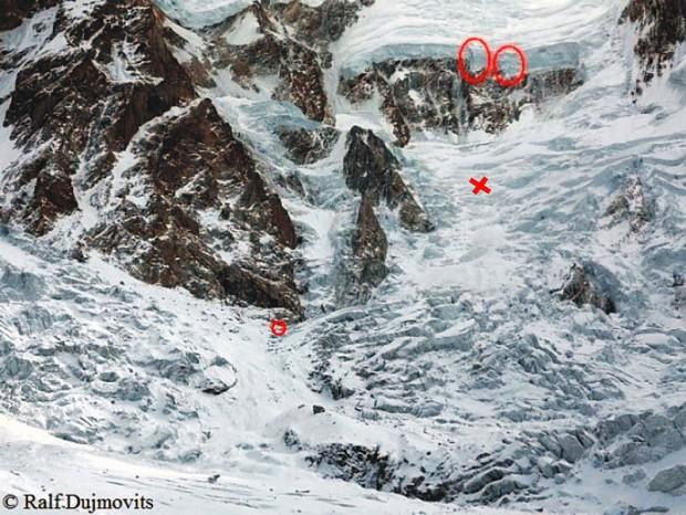 Dolne partie drogi Messnera. Seraki grożące oberwaniem, depozyt – krzyżyk i obóz I – małe kółko (fot. Ralf Dujmovits)