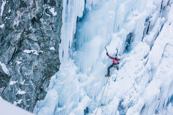 Na zdjęciu wspina się Tanja Schmitt (fot. Franz Walter/Arc'teryx)