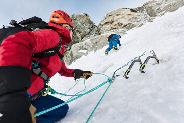 Do wspinaczki i plecaka kieszenie powinny być umieszczone wysoko (fot. Vaude/Johannes Mair)