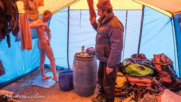 Trudne życie w bazie... (fot. The North Face/David Gottler)