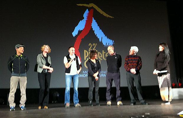 Jury Piolets d'Or podczas ceremoni wręczenia nagród. Od lewej: Sung-Muk Lim, Karin Steinbach, Denis Urubko, Catherine Destivelle, Erri de Luca, George Lowe
