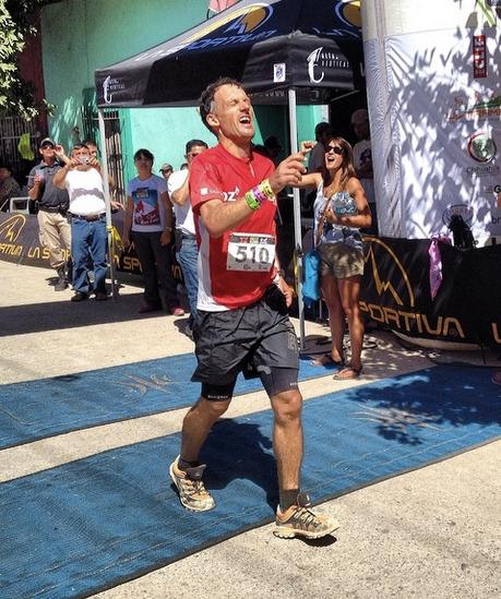 Carlos Sa w butach Pantera przekracza linię mety na Ultramaratonie Caballo Blanco w Meksyku