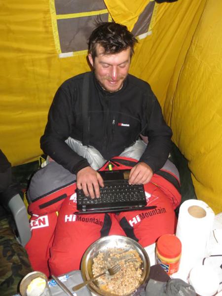 Tomek podczas zimowej wyprawy na Broad Peak w 2013 roku (Źródło: PZH)