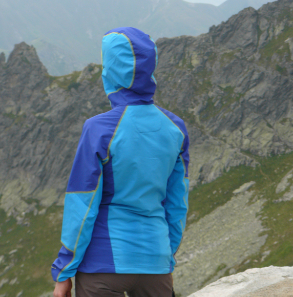 Przy noszeniu plecaka nie unikniemy spocenia, jednak materiał szybko oddycha, a wilgotny nadal jest przyjemny w dotyku i nie wychładza