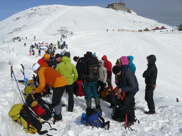 Uczestnicy szkolenia z zakresu podstaw turystyki wysokogórskiej przygotowują się do drogi (fot. Outdoor Magazyn)