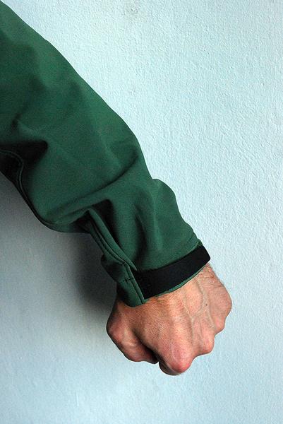 Mankiety zapinane na velcro szczelnie chronią przed wiatrem