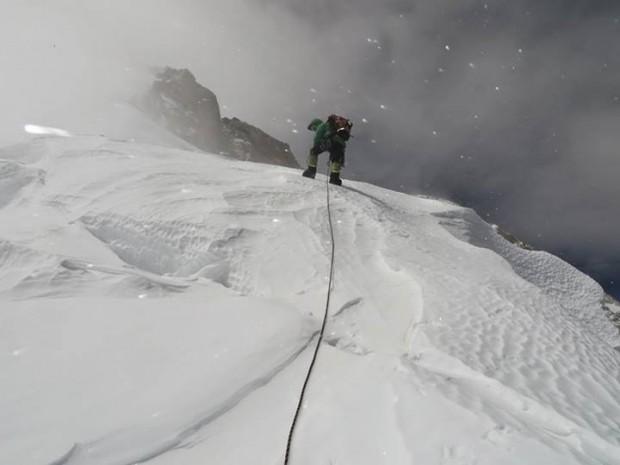 "Alex Txikon na 7200 m – nad nim skały ""Bastionu"" (fot. A. Bielecki)"