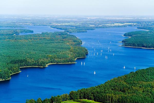 Jeziorak ma niezwykle bogatą linię brzegową, otoczony jest pięknymi lasami. Porastające brzeg akwenu lasy wraz z okolicznymi jeziorami tworzą Park Krajobrazowy Pojezierza Iławskiego (fot. Jeziorak Challenge)
