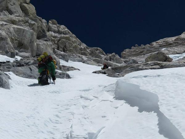 """""""Atak szczytowy, wysokość ok. 8250m. Planowaliśmy trawers góry więc szliśmy na ciężko. Trzeba przyznać, że konieczność technicznego wspinania nas zdziwiła, a znalezione kilkadziesiąt metrów wyżej ciało nieznanego wspinacza plus nasze wolne tempo mnie zdemotywowały - zacząłem myśleć o odwrocie lub pójściu na lekko o czym koledzy nie chcieli słyszeć"""" (fot. arch. Adam Bielecki)"""