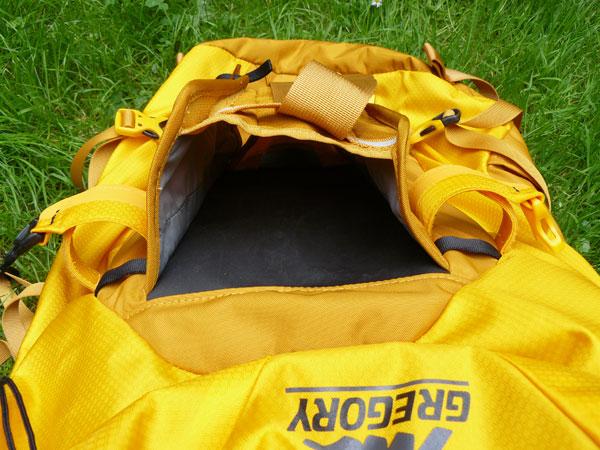 Plecak Alpinisto 35 marki Gregory - kieszeń na raki (fot. Outdoor Magazyn)