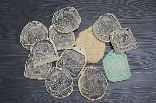 Medale dla zawodników (fot. Bieg dla Słonia)