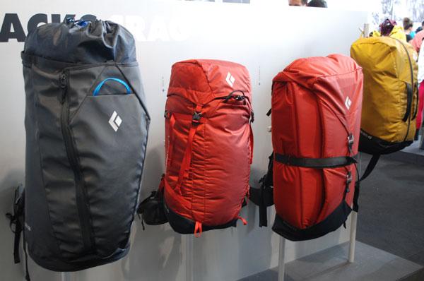 Od lewej - 50-litrowy model Creek (2004 g), plecak wspinaczkowy Stone 45 (1452 g), model z wbudowanym crashpadem – Pipe Dream 45 (1810 g) oraz mały plecak na linę Bullet 16 (526 g) (fot. Outdoor Magazyn)