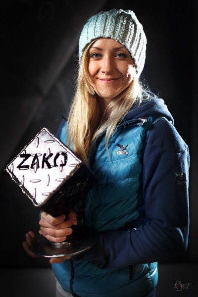 Sylwia Buczek z pucharem Zako Boulder Power 2014 (fot. Adam Kokot)