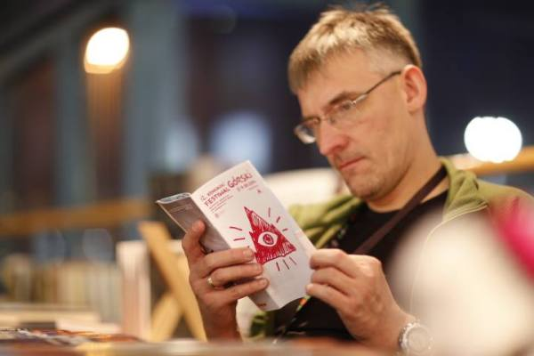 """Redaktor naczelny magazynu """"n.p.m."""" zaczytany w programie KFG (fot. Wojciech Lembryk)"""