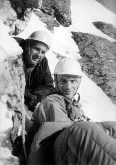 Zbigniew Jurkowski - na początku lat sześćdziesiątych należał do ścisłej czołówki alpinistycznej Polski. Jego stałym partnerem był Andrzej Nowacki, wspinał się również z Janem Długoszem, Czesławem Momatiukiem i Maciejem Popką. Jurkowski był również ratownikiem-ochotnikiem GOPR. Zmarł w 2008 roku. Na zdjęciu Zbigniew Jurkowski (z lewej) i Maciej Popko na biwaku podczas I zimowego przejścia drogi prawą częścią wschodniej ściany Mięguszowieckiego Szczytu w 1963 roku (fot. Janusz Kurczab). Źródło: Sklep Podróżnika