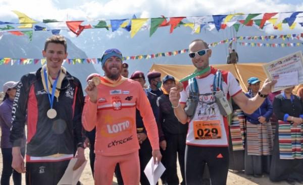 Robert Celiński (w środku) był najlepszym zawodnikiem spoza Nepalu w Everst Marathon