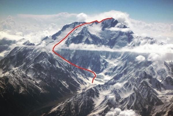 Planowana droga na Nanga Parbat linią zespołu zespołu Messnerowie-Eisendle-Tomaseth z 2000 roku (fot. M. Ayaz Sheikh, topo J. Kurczab)