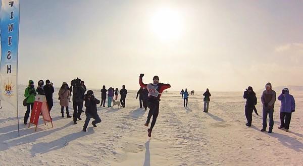 Piotr Hercog przekraczający jako zwycięzca metę XII Baikal Ice Marathon (fot. Paulina Wierzbicka)