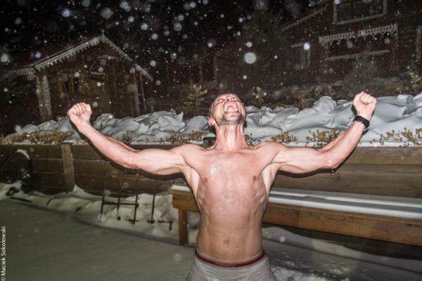 A po wyjściu z bani kuracja śniegiem (fot. Maciej Sokołowski)